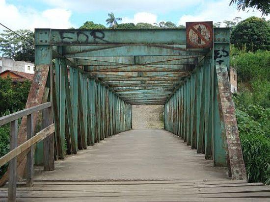 Ponte De Pedestres Sobre O Rio Piranga Foto Paulomarcio