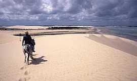 Jericoacoara - Jericoacoara-CE-À cavalo nas dunas-Foto:tavares