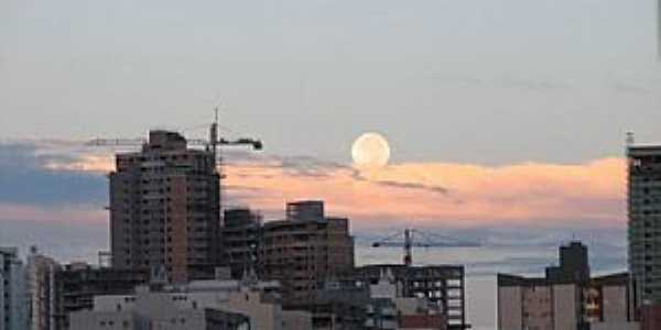 �guas Claras-DF-Amanhecer e a Lua-Foto:pelosi