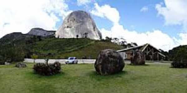 Pedra Azul-ES-Centro de Atendimento ao Turista com a Pedra ao fundo-Foto:Paulo Yuji Takarada