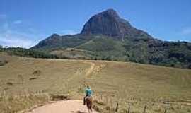 Vale do Matutu - Estrada e ao fundo Pico do Papagaio em Vale do Matutu-Foto:andarilhodaluz