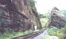 Sergi - A linha próximo à estação de Sergi-Foto:Sítios Geológicos e Paleontológicos do Brasil,2000