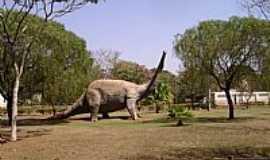 PEIRÓPOLIS - Peirópolis-MG-Dinossauro Saurópode no Museu-Foto:Giuliano Novais