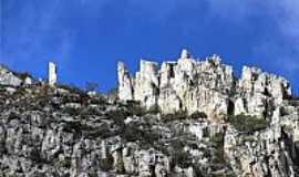 Sítio do Meio - Montanhas de Rochas Calcárias em Sítio do Meio-BA-Foto:heberteguedes