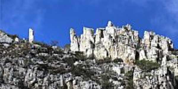 Montanhas de Rochas Calcárias em Sítio do Meio-BA-Foto:heberteguedes
