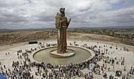 Canindé - Estátua de São Francisco,o maior monumento sacro do mundo,em Canindé-CE