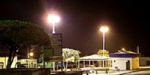 Vista noturna da praça central de Capistrano-CE-Foto:zenandre