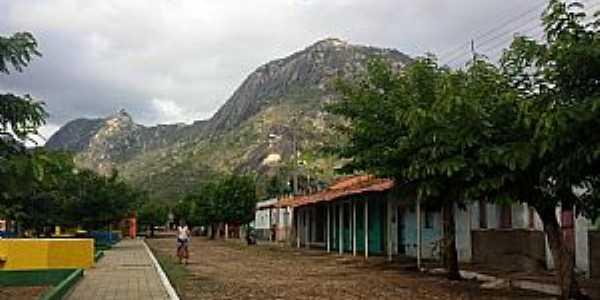 Carquejo-CE-Rua do Distrito com a Serra ao fundo-Foto:Joao Nepomuceno