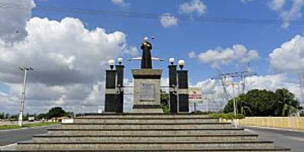 Milagres-CE-Monumento ao Pe.Cícero na entrada da cidade-Foto:Walter Leite