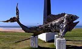 Aracruz - Escultura de peixe junto ao obelisco em Aracruz-Foto:Caio Graco Machado