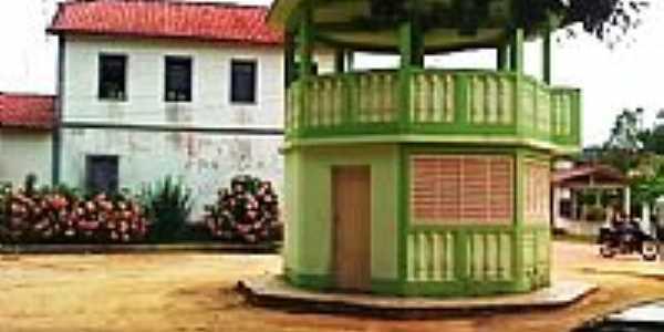 Casa colonial e coreto em Desengano, por José Antônio Bof Buffon.