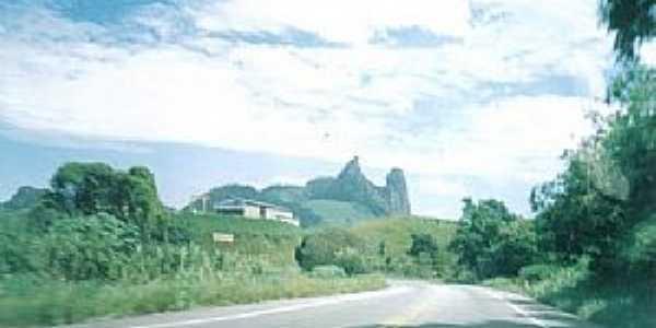 Itapecoá-ES-O Frade e a Freira vista da Rodovia-Foto:mapio.net