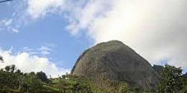 Itapecoá-ES-Pedra atrás do Frade e a Freira-Foto:www.tripmondo.com
