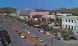 Itaperuna - Canteiro central,da av.principal,local por onde passava o trem em Itaperuna-Foto:[Autor desconhecido,site Estações Ferroviárias]
