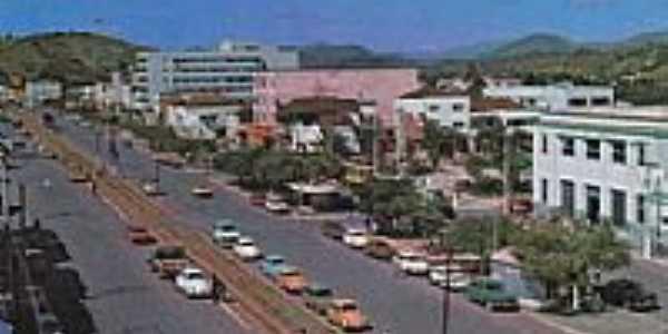 Canteiro central,da av.principal,local por onde passava o trem em Itaperuna-Foto:[Autor desconhecido,site Estações Ferroviárias]