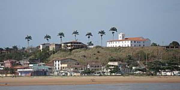 Nova Almeida-ES-Vista da praia e a Igreja dos Reis Magos-Foto:Mapio.net
