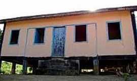 Santa Terezinha - Antiga casa suspensa em Santa Terezinha-Foto:camarairupi.es.