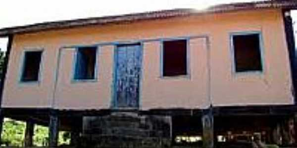 Antiga casa suspensa em Santa Terezinha-Foto:camarairupi.es.
