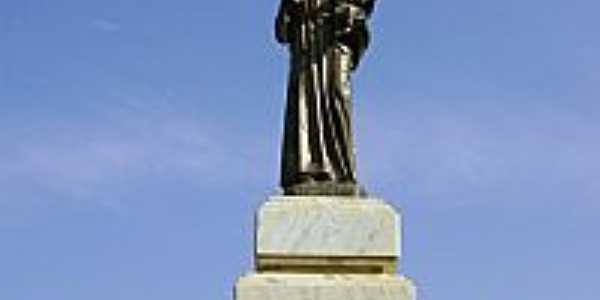 Estátua de Santo Antônio na praça central-Foto:Luís Eduardo Forment…