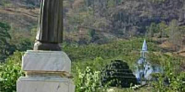 Estátua do padroeiro com a Igreja ao fundo-Foto:Luís Eduardo Forment…