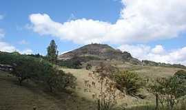 São José do Calçado - São José do Calçado-ES-Pedra do Cruzeiro na Fazenda Berto Padre-Foto:Pedro Glória Brasil Viana