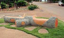 Alto Horizonte - Alto Horizonte-GO-Bancos estilizados na praça-Foto:dioceliofreitas