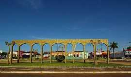 Caiapônia - Caiapônia-GO-Belo Monumento na praça-Foto:wender marques