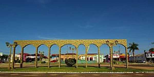 Caiap�nia-GO-Belo Monumento na pra�a-Foto:wender marques