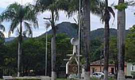 Cavalcante - Monumento ao Garimpeiro e ao fundo o Morro da Cruz em Cavalcante-GO-Foto:JASegura