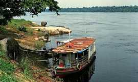 Cucuí - Cucuí-AM-Barco na margem do Rio Negro-Foto:diogobzg