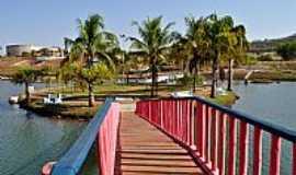 Palmeiras de Goiás - Palmeiras de Goiás-GO-Passarela para a Ilha do Lago-Foto:Arolldo Costa Olivei…
