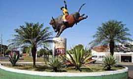 Rio Verde - Monumento na entrada do Parque de Exposições e Rodeio de Rio Verde-GO-Foto:Neander Moraes
