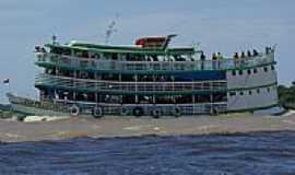 Itacoatiara - Barco cruzando encontro do Rio Negro com Amazonas em Itacoatiara-Foto:powermeerkat