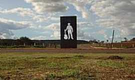 Senador Canedo - Senador Canedo-GO-Monumento em homenagem ao cantor Leandro-Foto:Pe. Edinisio Pereira�