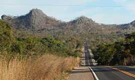 Vila Propício - Vila Propício-GO-Formações rochosas ao lado da Rodovia BR-414-Foto:W Azevedo