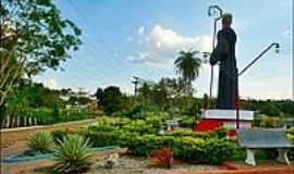 Pastos Bons - Praça e a Estátua de São Bento em Pastos Bons-Foto:Agamenon Pedrosa