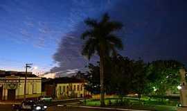 Araguari - Araguari-MG-Anoitecer na Praça central-Foto:Parruco