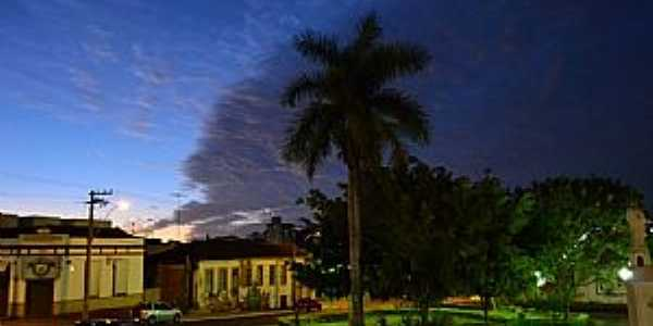 Araguari-MG-Anoitecer na Praça central-Foto:Parruco