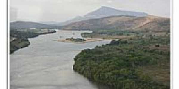 Vista aérea do Rio Doce e o Pico do Ibituruna- Baguari por Leonardo Morais
