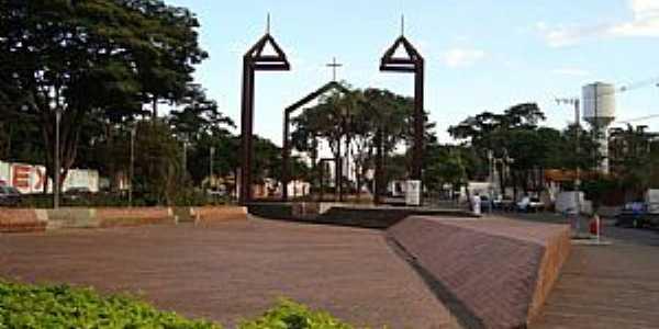 Memorial à Igreja Matriz de N. Sra do Carmo na Praça Milton Campos.