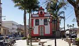 Bicas - Pra�a e Igreja em Bicas-Foto:Elp�dio Justino de A�