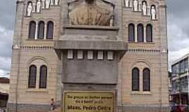 Borda da Mata - Borda da Mata-MG-Busto do Mons.Pedro Cintra em frente à Basílica de N.Sra.do Carmo-Foto:alsibim