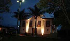 Caburu - Caburu-MG-Vista noturna da Igreja-Foto:Facebook
