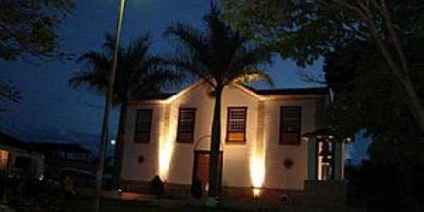 Caburu-MG-Vista noturna da Igreja-Foto:Facebook