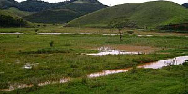 Caiana-MG-Campo alagado e ao fundo a Serra-Foto:walace souza