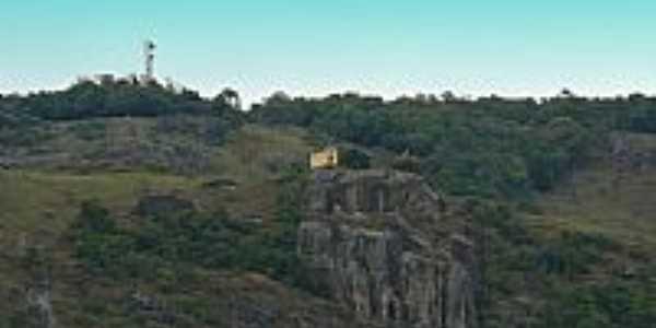 Caldas-MG-Capela de Santa Bárbara na Pedra do Coração-Foto:olintocristo