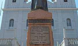 Carmo de Minas - Carmo de Minas-MG-Homenagem ao Pe.Joaquim G.Cardoso em frente à Matriz de N.Sra.do Carmo-Foto:Josue Marinho