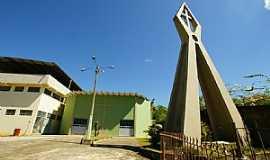 Cataguases - Cataguases-MG-Monumento em frente a Igreja de S�o Crist�v�o-Foto:sgtrangel