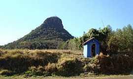 Claraval - Claraval-MG-Capelinha à beira da estrada com o Morro ao fundo-Foto:adauto rodrigues