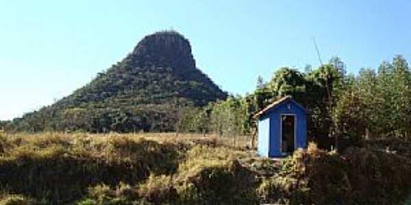 Claraval-MG-Capelinha à beira da estrada com o Morro ao fundo-Foto:adauto rodrigues